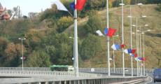 Фасадные флаги, способ крепления - металлический кронштейн и древко